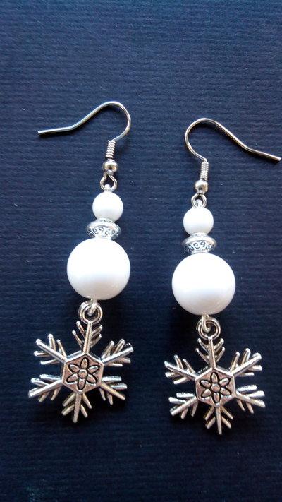 Orecchini Pendenti a con perle grande 12mm Perla spaziatrice in argento tibetano e perla Bianca acriliche di 6mm e pendente a forma di Neve