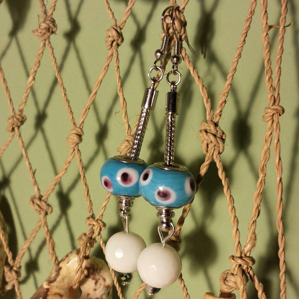 Orecchini in acciaio con perle di vetro azzurro
