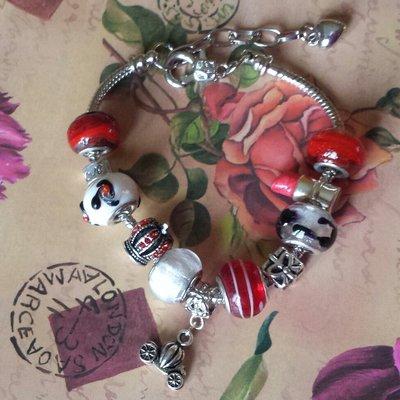 Bracciale in acciaio in toni del rosso con corona e rossetto