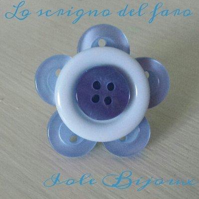 Anello fiore di bottoni in azzurro