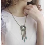 collana con filigrana e perline colorate in vetro