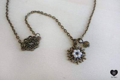collana bronzo con fiocco di neve cosparso di perlline e charms