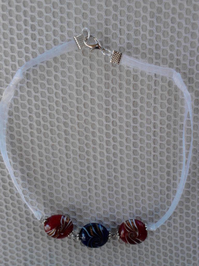 Girocollo in organza bianca e perle di vetro
