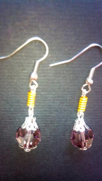 Orecchini Pendenti ciondolo di perla bruna di 8mm sfaccettata e ricciolo di Alluminio color oro da donna lotto stock bigiotteria fatti a mano