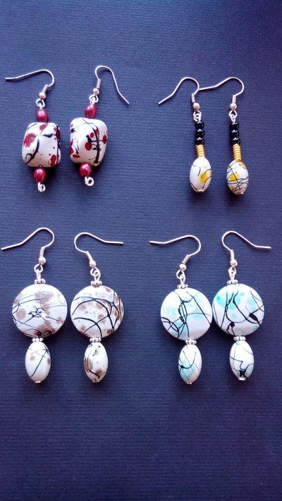 Orecchini Pendenti ciondolo di perla sintetica colorata astratta varie forme e misure tutti fatti a mano