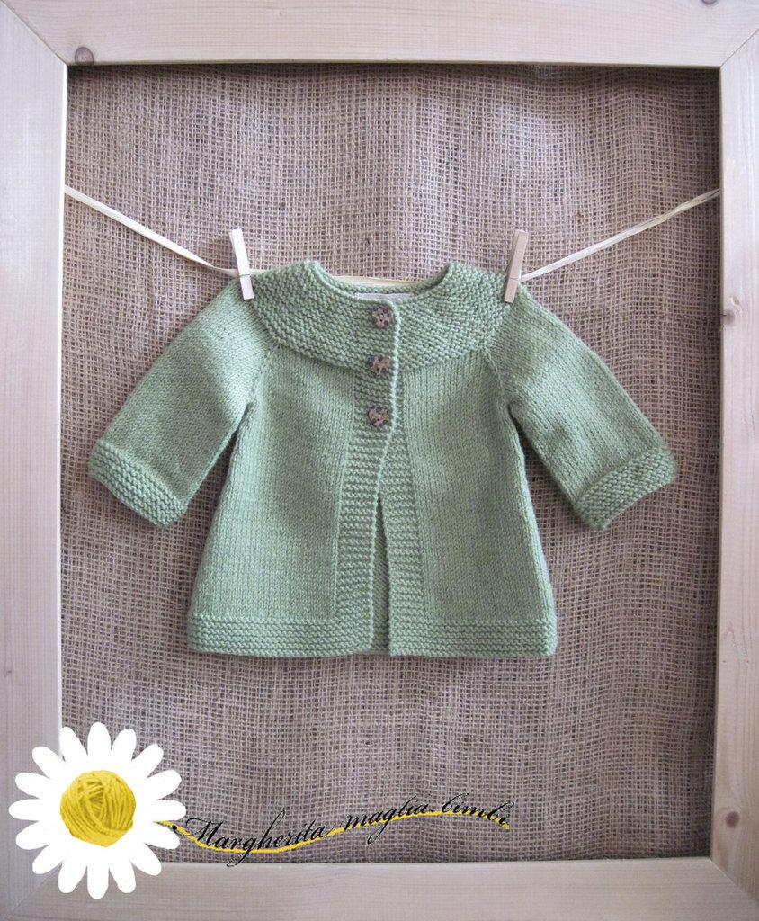 Cardigan neonato in lana verde lavorato a maglia con la tecnica top-down