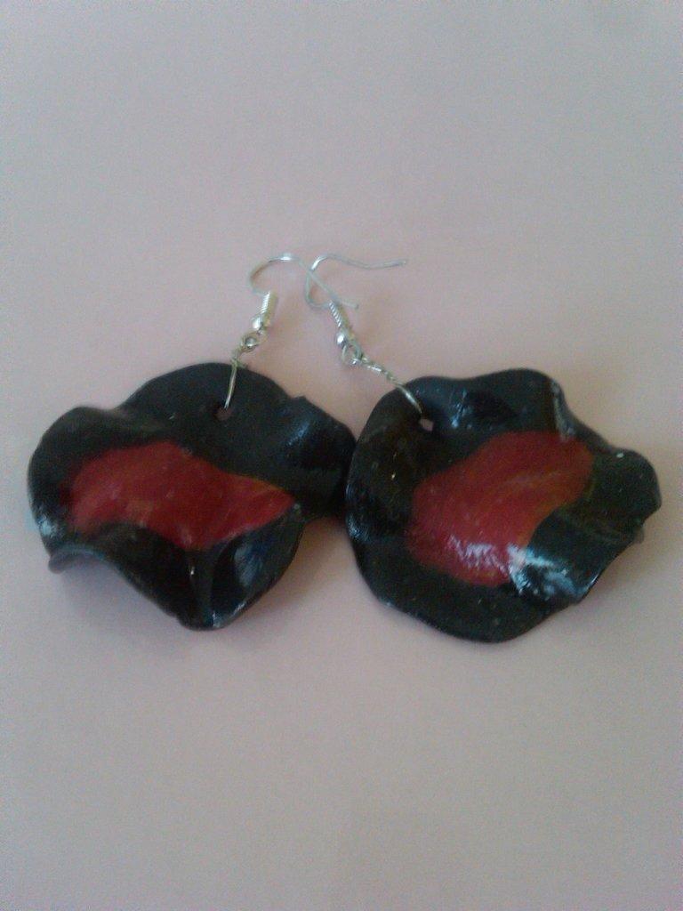 orecchini rossi e neri