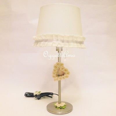 Una lampada da tavolo shabby chic versatile ed originale - Lampada tavolo ikea ...