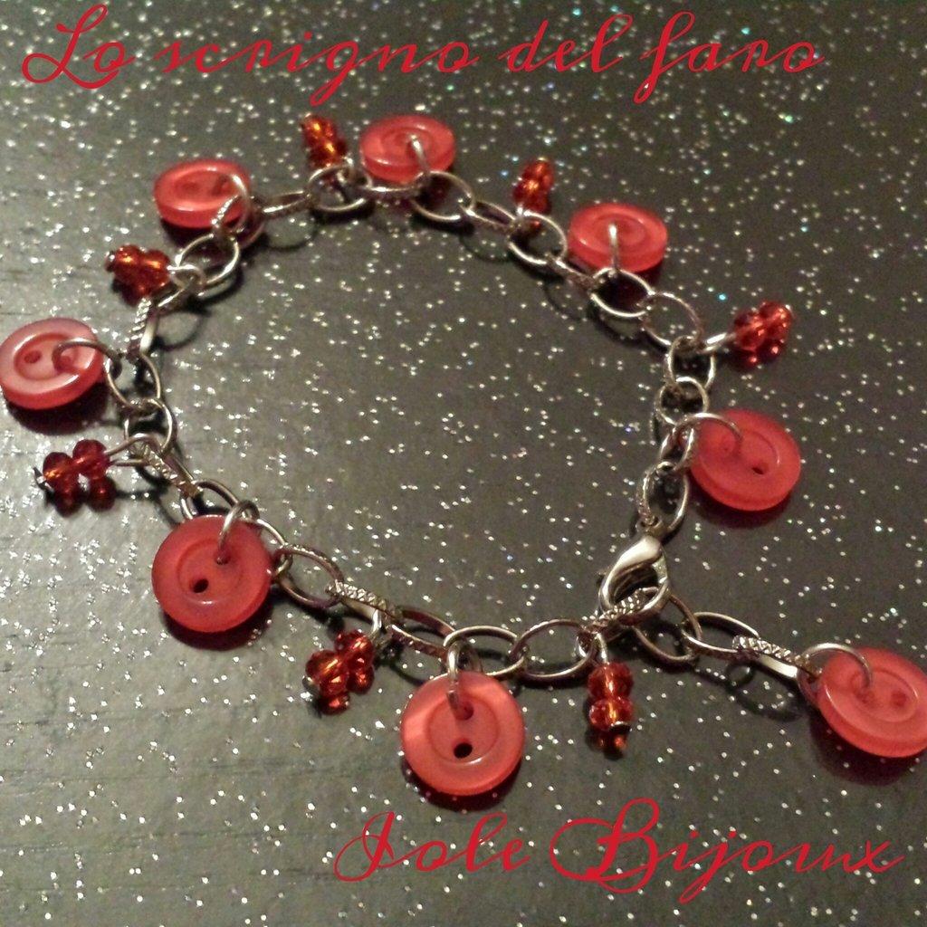 Bracciale color argento con bottoni rossi