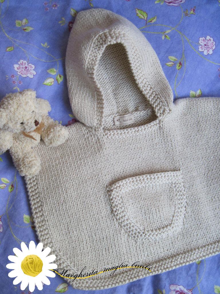 Poncho con cappuccio e taschina lavorato a mano in lana merino superwash