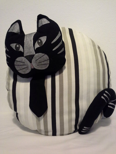 Cuscino a forma di gatto con cravattino