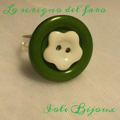 Anello bottone verde e fiorellino bianco