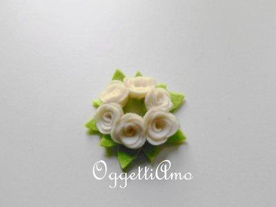 Ghirlanda di roselline banche: una graziosa decorazione per la base della lampada da tavolo!
