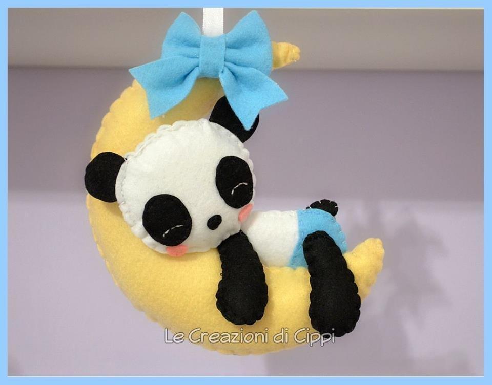 Decorazione da culla Panda sulla luna, in pannolenci fatta a mano.