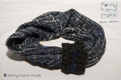 Sciarpa tubolare in tessuto di lana con fascia decorativa lavorata all'uncinetto