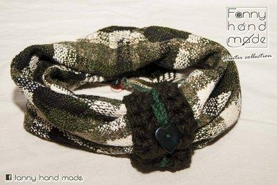 Sciarpa tubolare in tessuto di lana bianco e verde con fascia decorativa lavorata all'uncinetto