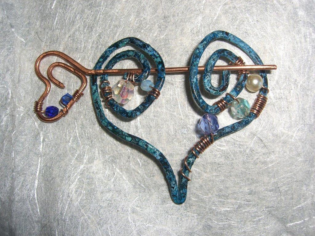 Spilla da maglione azzurra a cuore in rame cristalli perle e mezzi cristalli