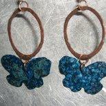 Orecchini con cerchi di rame e farfalle di rame patinate di azzurro
