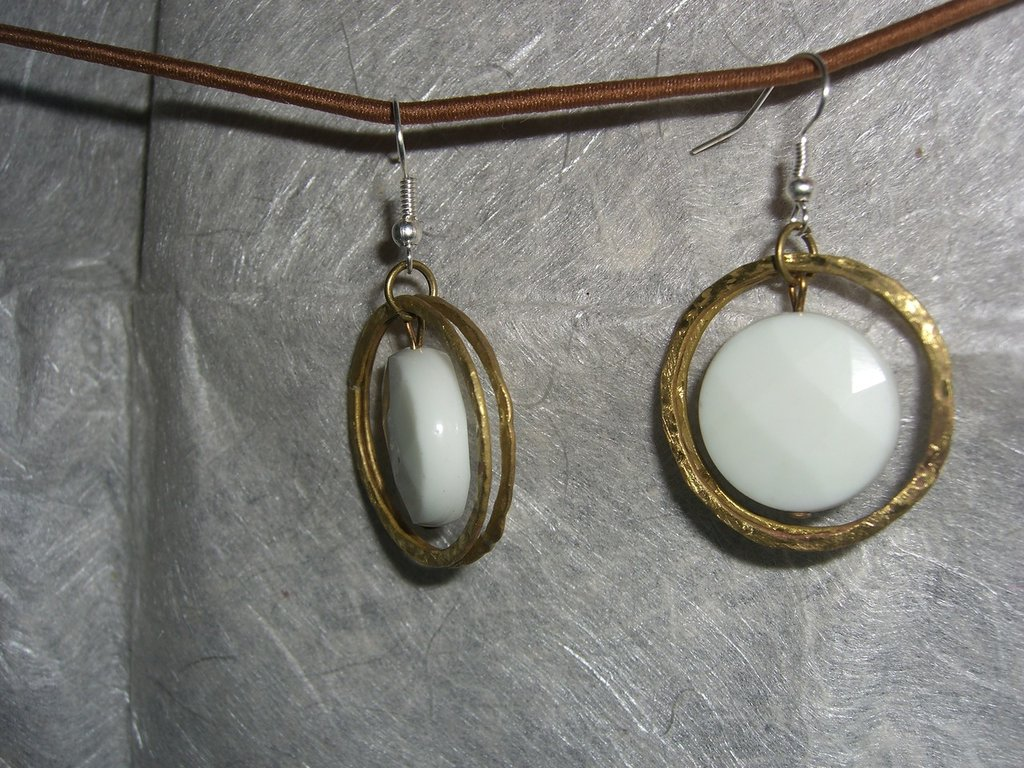Orecchini con cerchi di ottone e pietra dura bianca