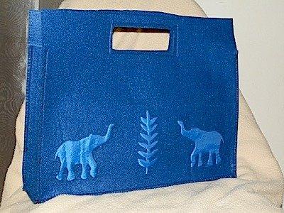Borsa in feltro blu con applicazione in seta