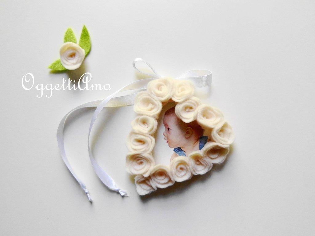 Ghirlanda di fiori di feltro a cuore per una cornice da for Una decorazione e formata da cinque rombi simili