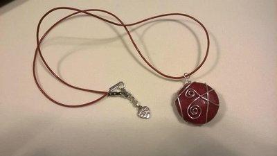 Collana con pietra di giada rossa