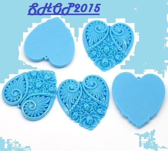 Ciondolo pendente a cuore intagliato azzurro 5×4.5cm