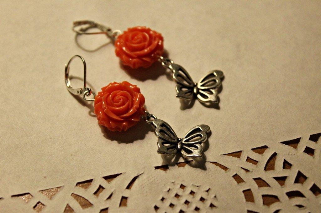 Orecchini con rosellina e charm farfalla