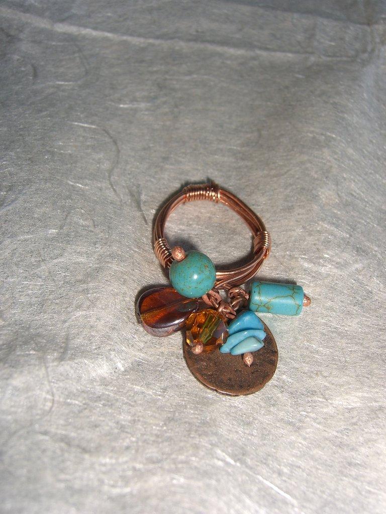 Anello di filo di rame con charms in cristallo turchese vetro e rame