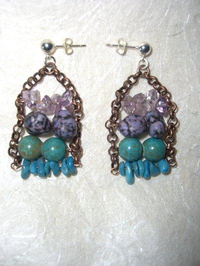 Orecchini con pietre dure viola e azzurre e catena di rame