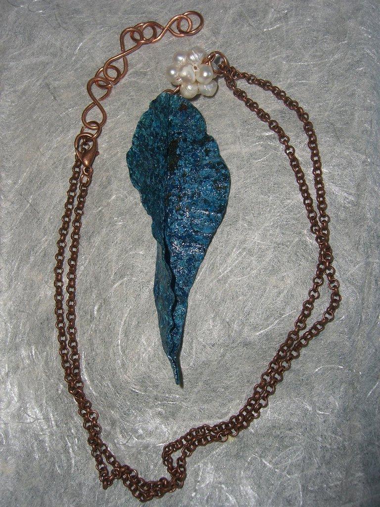 Collana con foglia di rame con patina azzurra  e perle
