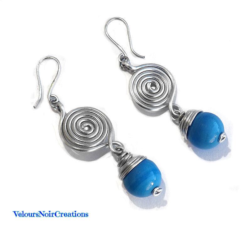 Orecchini spirale in metallo e perle in vetro lume turchese