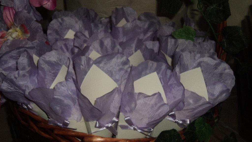 coni cartoncino riso confettata petali stoffa lilla sposi