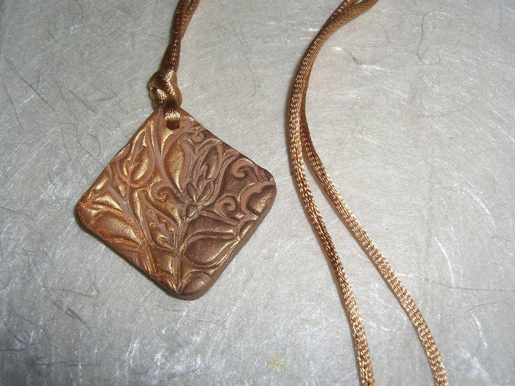 Collana in pasta modellabile con pendente quadrato arancio bronzo