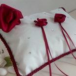 Cuscino fedi in taftà e rose rosse