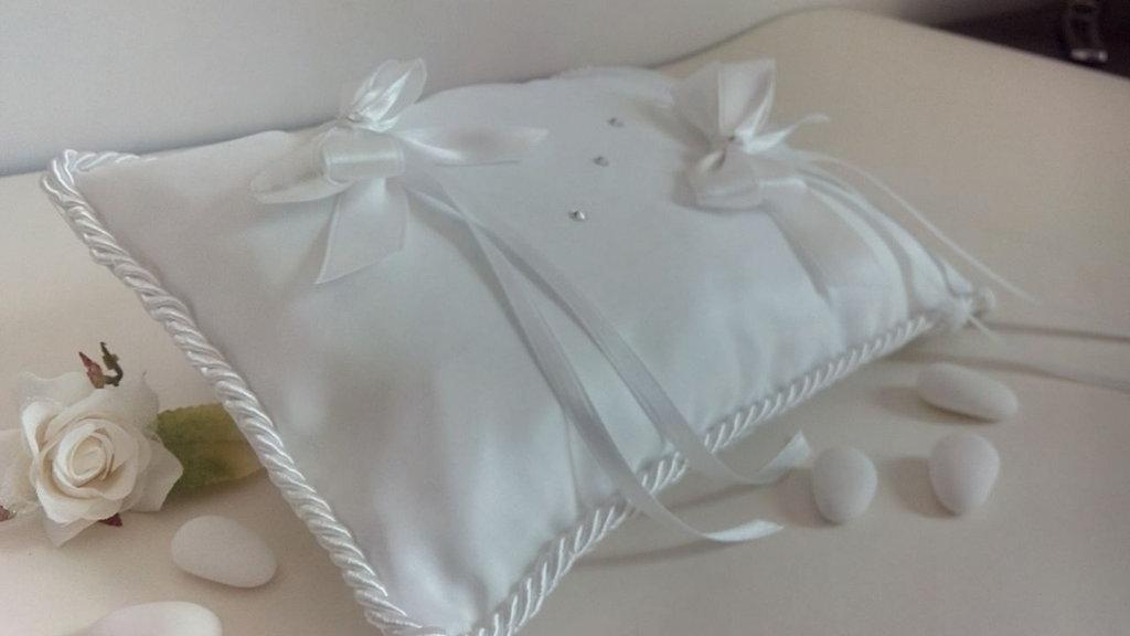 Cuscino per le fedi con strass e fiocchi bianchi