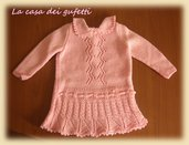 Elegante abito rosa per neonato con cuffietta coordinata realizzato ai ferri in lana merinos