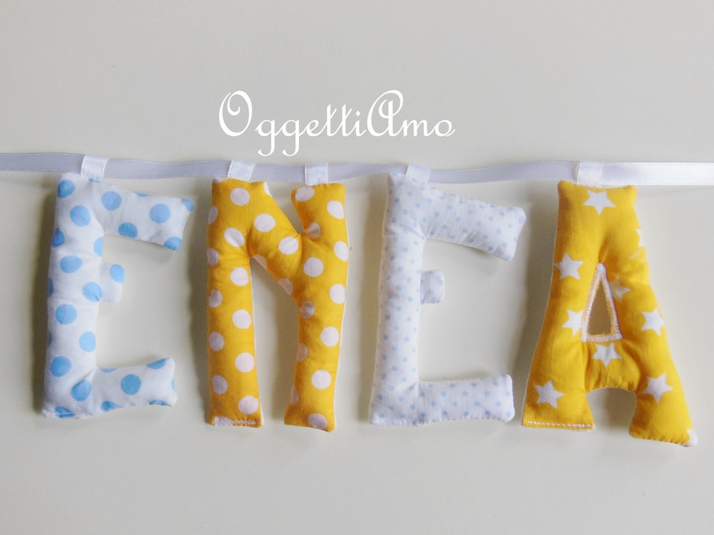 ENEA: ghirlanda di lettere di stoffa imbottite per decorare la cameretta del tuo bambino in giallo e azzurro.