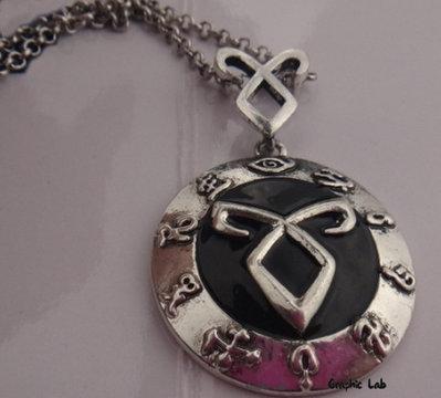 Collana Runa Angelica con Sfondo Nero Circondata da Rune Shadowhunters