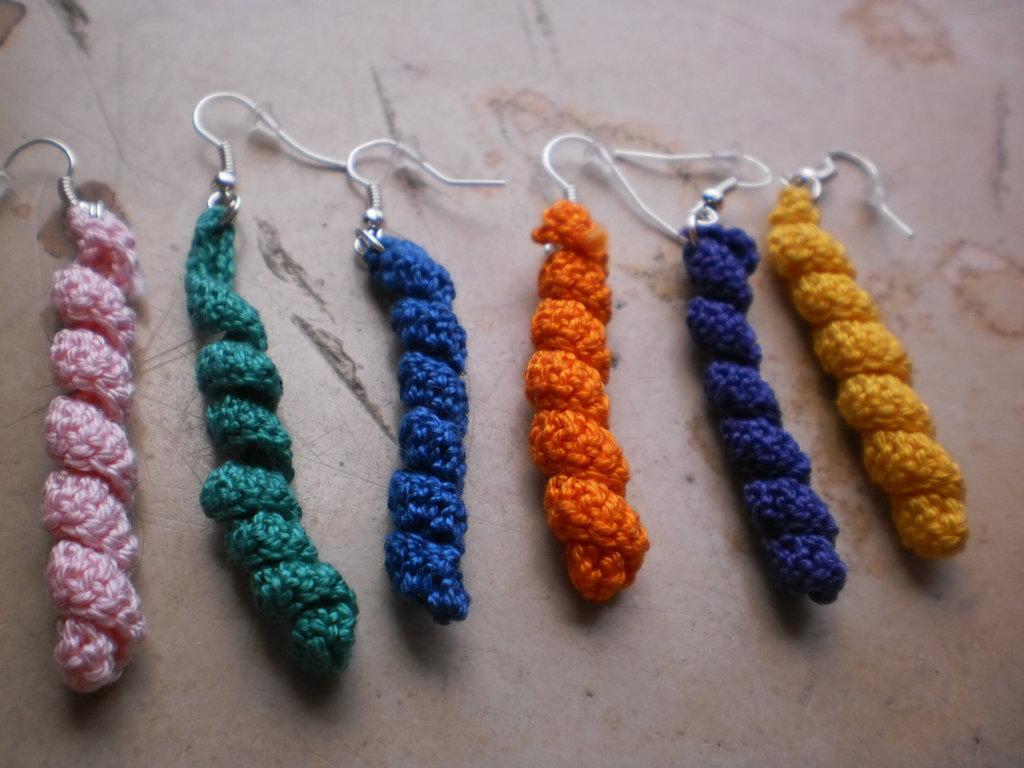 orecchini colorati a spirale