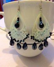 Orecchini pendenti in madreperla e cristalli blu