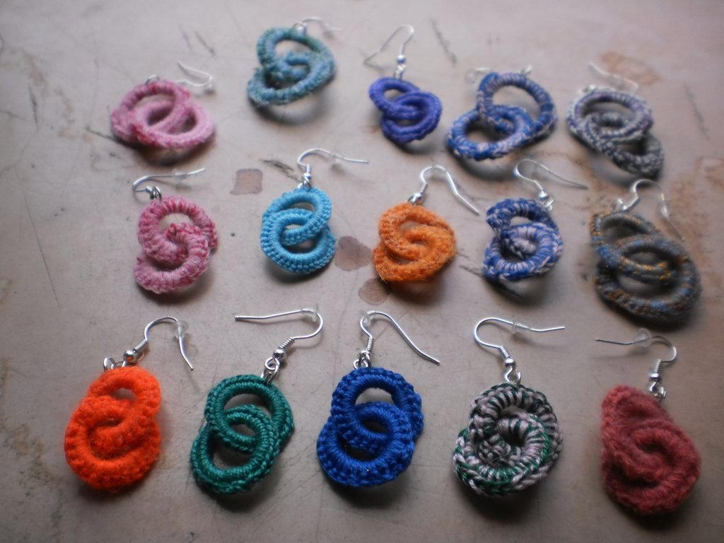 orecchini colorati infiniti