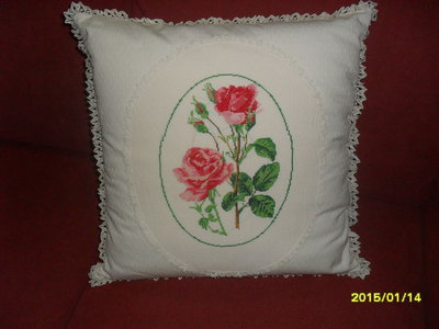 cuscino di rose rosse ricamato a mano