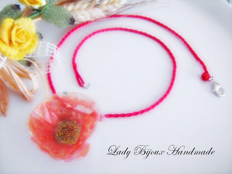 Collana in seta rossa con ciondolo fiore papavero arancione fatto in sospeso trasparente