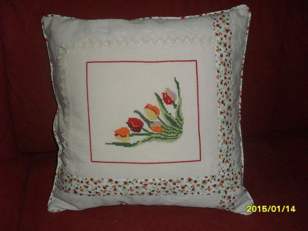 cuscino tulipani ricamato a mano