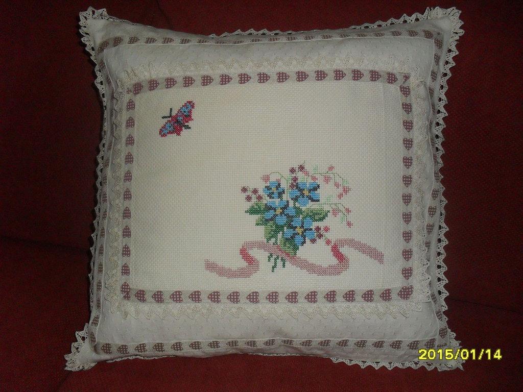 cuscino primule e farfalla ricamato a mano