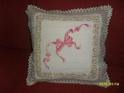 cuscino con fiocco ricamato a mano