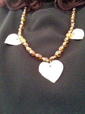Luminosa collana lunga in perline sfaccettate color ambra e rame martellato