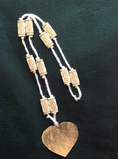Collana lunga in stile etnico con grande ciondolo a cuore in ottone martellato
