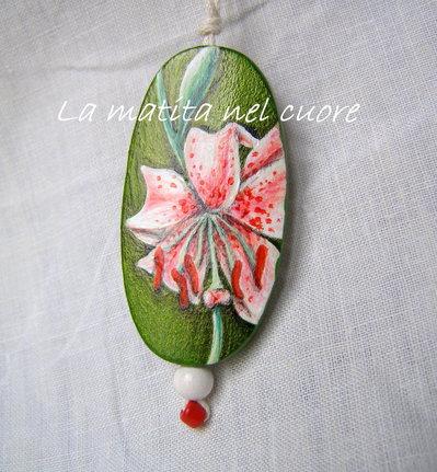 Ciondolo legno lilium su fondo verde dipinto a mano forma ovale